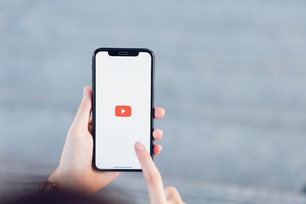 De hand drukt op het scherm geeft de pictogrammen van de youtube-app weer