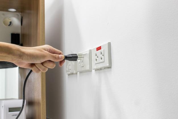 De hand is aangesloten op of sluit de elektriciteit af