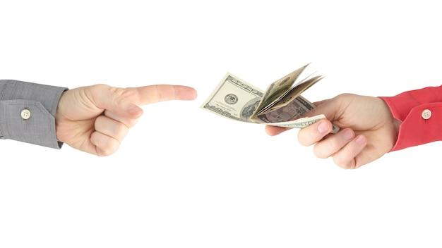 De hand reikt naar de hand met het geld. betaling voor werk. zaken doen en betalen. bedrijf relaties. rijkdom en armoede