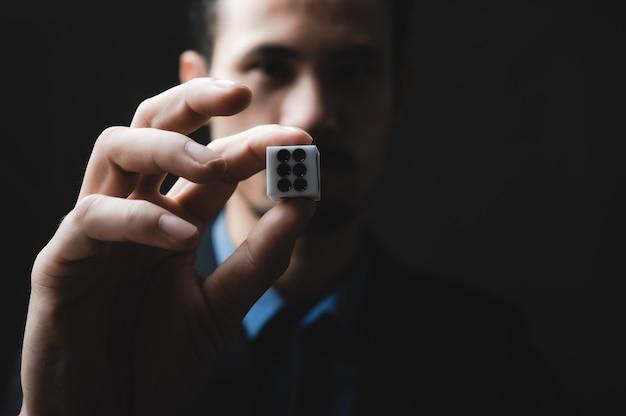 De hand van de bedrijfspersoon gooit de dobbelstenen, bedrijfsconcept gokken spel
