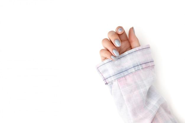 De hand van de jonge volwassen vrouw met holografische modieuze nagels