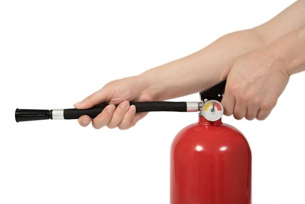 De hand van de man die het brandblusser vasthoudt.
