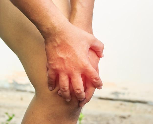 De hand van de mens is vangstknie voor trek op witte achtergrond