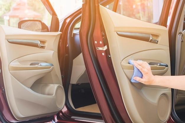 De hand van de mens maakt de auto schoon en in de was