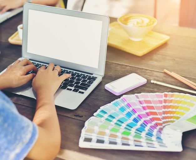 De hand van de ontwerper ontwerpt wat wordt gebruikt in het product voor de klant
