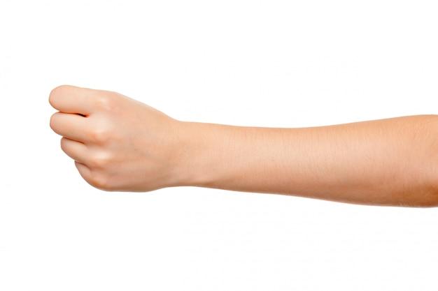 De hand van de vrouw met vuistgebaar op wit wordt geïsoleerd dat