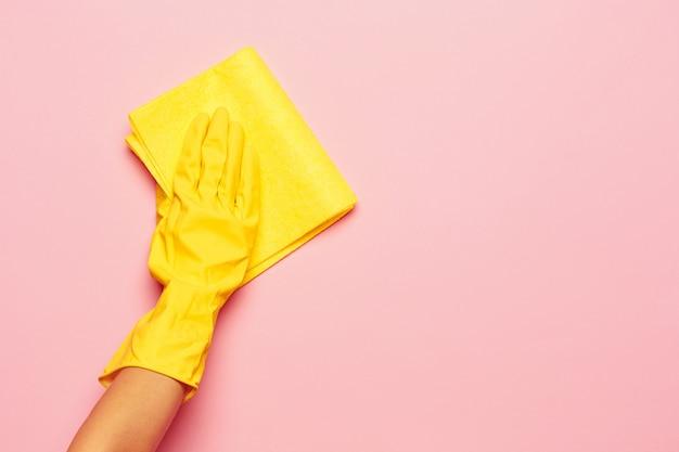 De hand van de vrouw. schoonmaak of huishouden concept