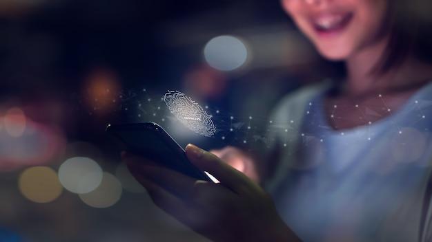 De hand van de vrouw tast biometrische vingerafdruk voor goedkeuring af om tot smartphone toegang te hebben.