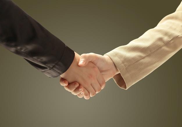 De hand van de zakenman schudt de hand van de witte zakenman