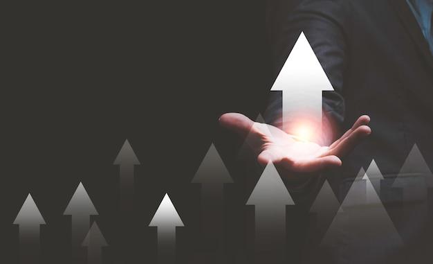 De hand van de zakenman wijst omhoog of pijl zwarte achtergrond te verhogen.