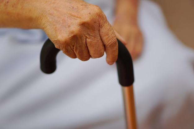 De hand van een aziatische bejaarde vrouw