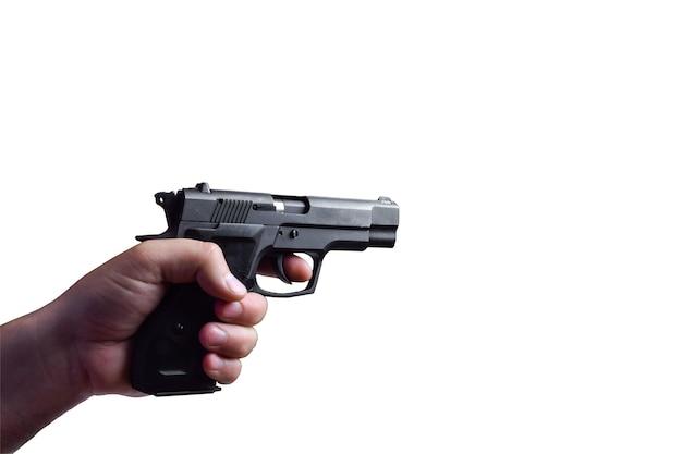 De hand van een man met een horizontaal gevechts zwart pistool op een witte achtergrond onder het knippen. het pistool is gericht op een conventioneel doel