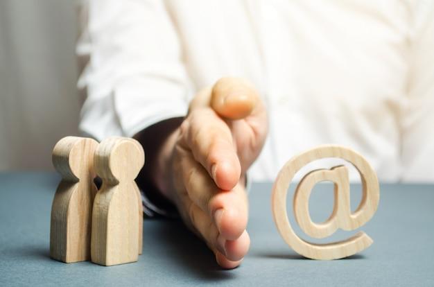 De hand van een man scheidt mensen van internet