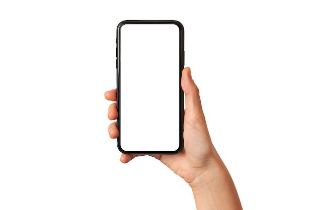 De hand van een vrouw houdt een mobiele telefoon vast met het lege scherm op een witte achtergrond