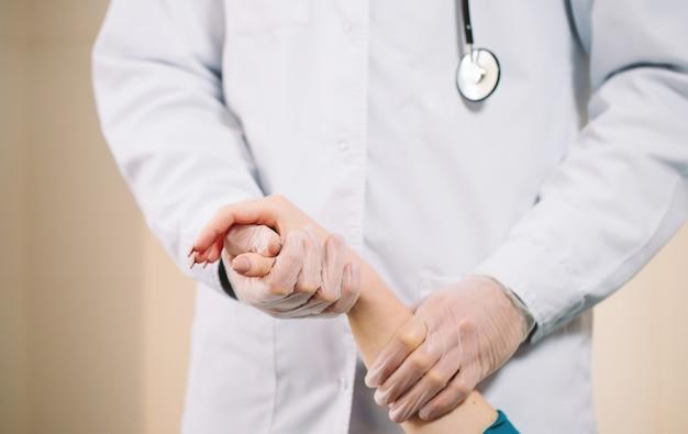 De hand van het de holdingsmeisje van de arts