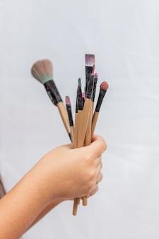 De hand van het kind met make-upborstels in rio de janeiro.