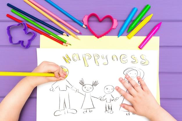 De hand van het kind schildert schets van het gezin
