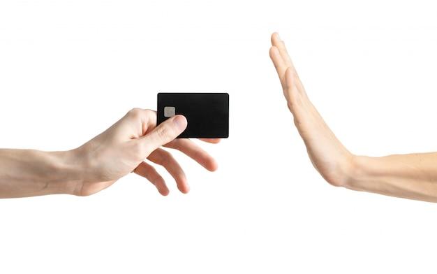 De hand van mannen zal geen zwarte creditcard nemen die op wit wordt geïsoleerd