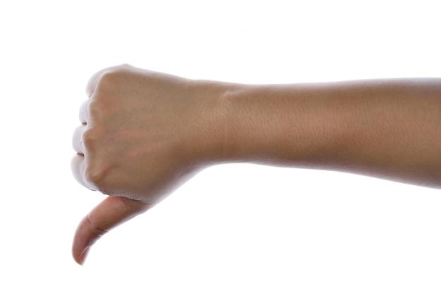 De hand van vrouwen toont duim onderaan geïsoleerd op wit