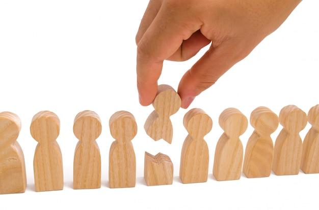 De hand verbindt de twee delen van de persoon met elkaar. het concept van een zwakke schakel.
