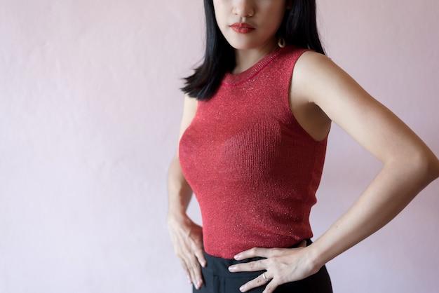 De handaanraking van de vrouw op taille