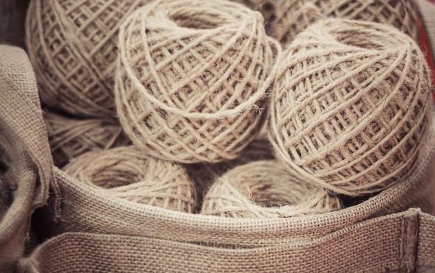 De handbal van touw in de mand winden