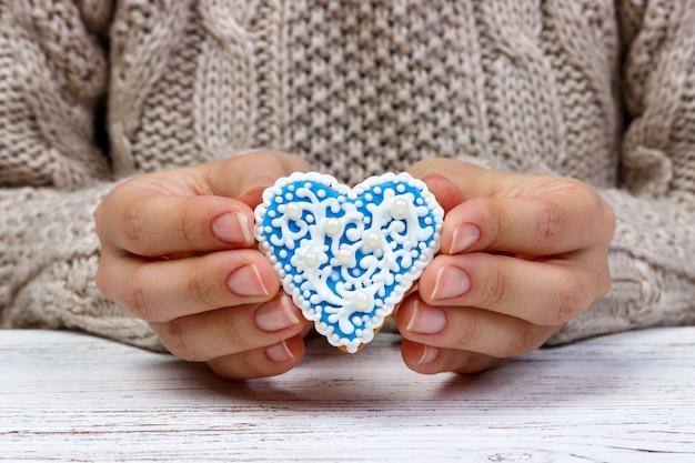 De handen die van de vrouw koekjes houden. vakantie cookies
