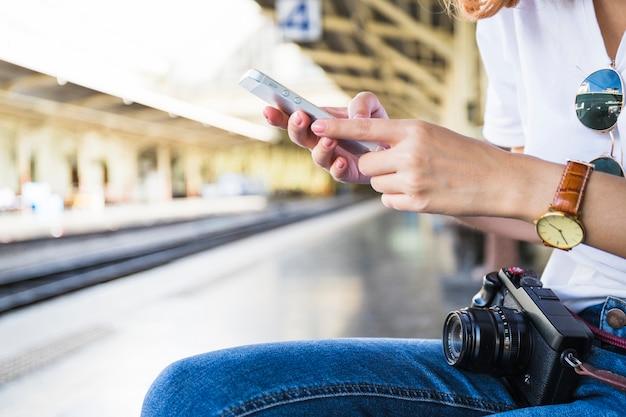 De handen die van de vrouw smartphone houden