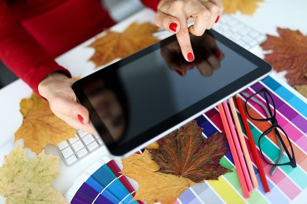 De handen die van de vrouwenfotograaf tablet dicht tegenhouden