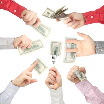 De handen die van mensen dollarbiljetten met geld op wit houden