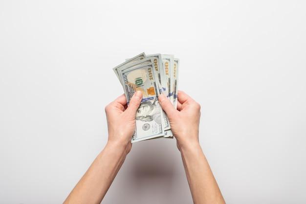De handen houden en telt geïsoleerd geld