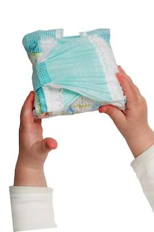 De handen van de baby houden vuile luiers die op het wit worden geïsoleerd