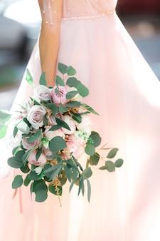 De handen van de bruid houden een prachtig bruidsboeket rozen vast. fijne kunstfotografie.