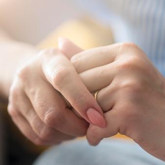 De handen van de close-upvrouw met ring