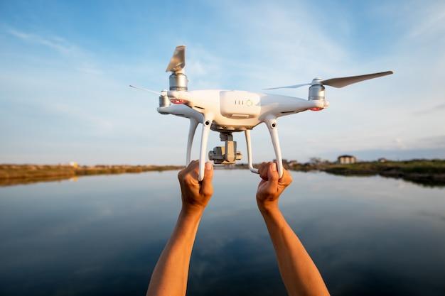 De handen van de drone en fotograafvrouw