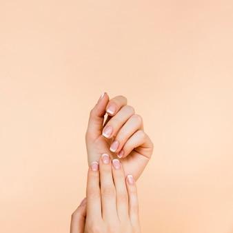 De handen van de gevoelige vrouw met exemplaarruimte