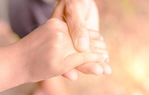 De handen van de jonge mensen die de handen vasthouden. en gevormd als een hart.