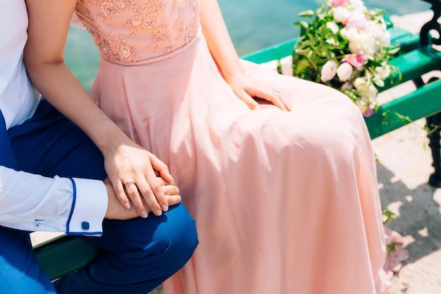 De handen van de pasgetrouwden met ringen. bruiloft in montenegro.