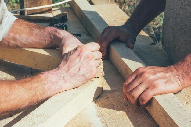 De handen van de timmerlieden van de arbeiders