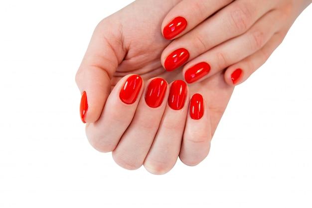 De handen van de vrouw met nagel rode manicure.