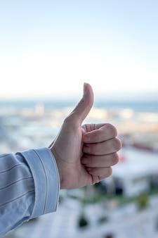 De handen van de vrouw op het balkon om medisch personeel te applaudisseren voor de strijd tegen het coronavirus