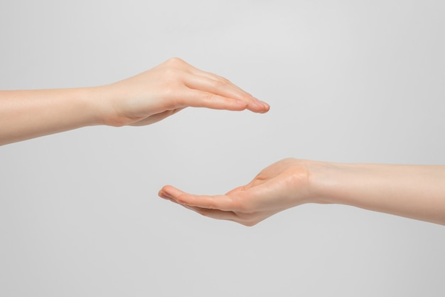 De handen van een vrouw met een palm op en neer.