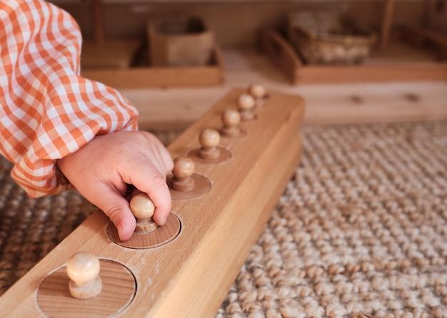 De handen van kinderen in een montessori-kleuterschool