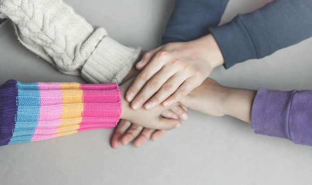 De handen van kinderen op elkaar gestapeld. unie concept
