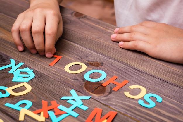 De handen van kinderen vormen het woord