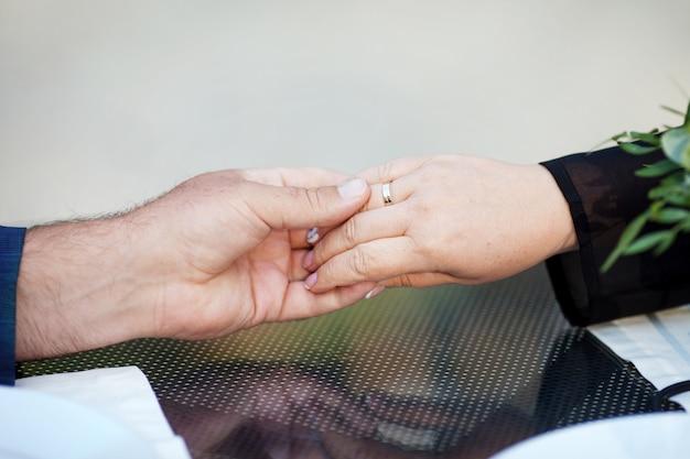 De handen van man en vrouw sluiten omhoog. verliefde paar hand in hand