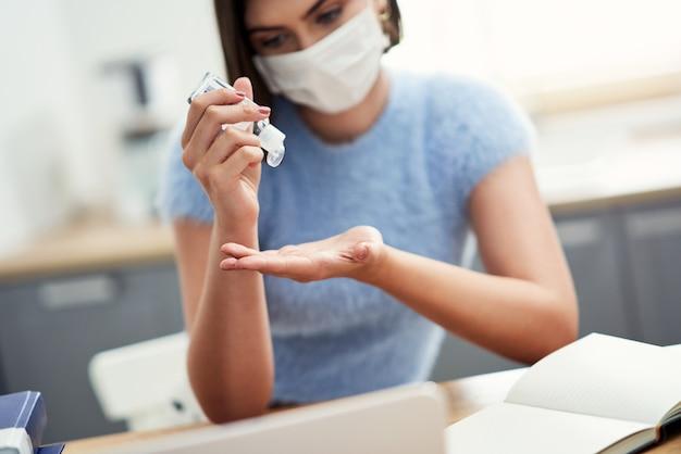 De handen van studenten met behulp van handdesinfecterende gel