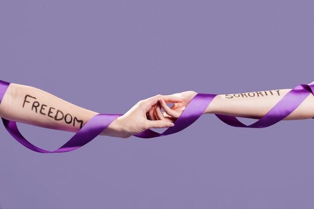 De handen van vrouwen houden elkaar vast als een teken van eenheid