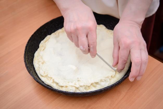 De handen van vrouwen vormen een taartclose-up