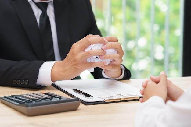 De handen van zakenman verfrommelen overeenkomst in doopvont van partner - mislukkings bedrijfsconcept.